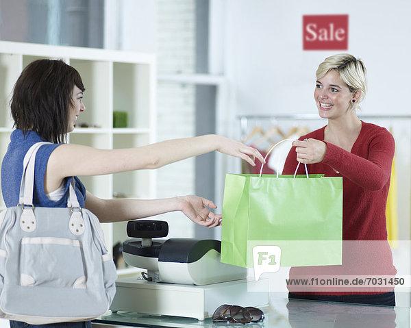 Frau  Kleidung  kaufen  Laden  jung
