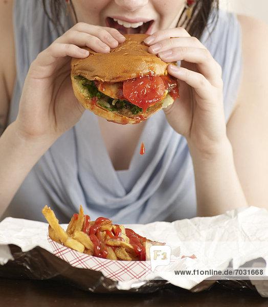 Junge Frau Hamburger Essen