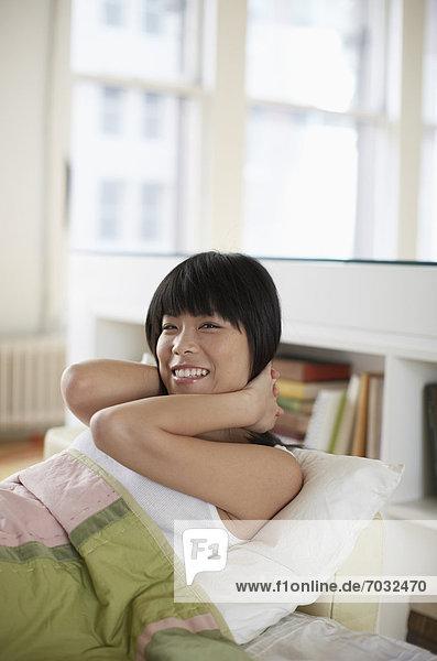hoch  oben  Frau  Fröhlichkeit  Bett  Mittelpunkt  wecken  Erwachsener