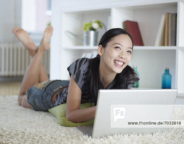 benutzen, Frau, Boden, Fußboden, Fußböden, Notebook, Mittelpunkt, Erwachsener