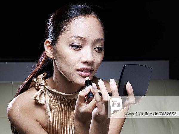 eincremen  verteilen  Frau  Lippenstift  Erwachsener Mittleren Alters  Erwachsene Mittleren Alters  auftragen