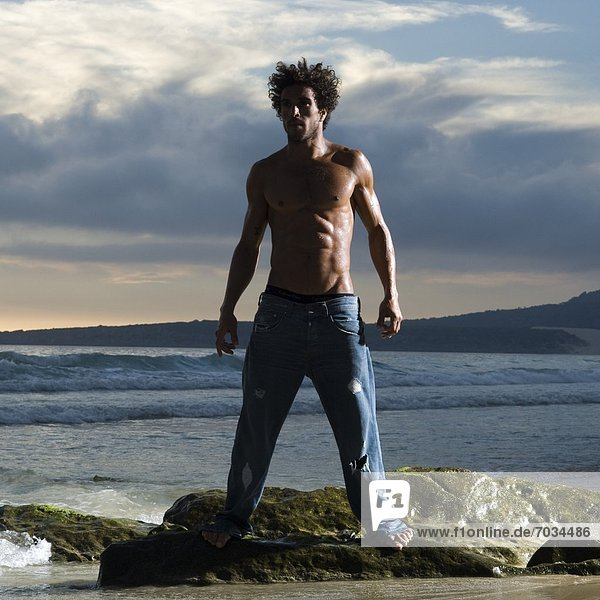 stehend Mann Felsen Küste