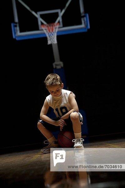 sitzend  ernst  sehen  Junge - Person  Basketball  jung  Gericht