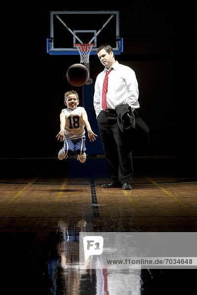 Menschlicher Vater Sohn Basketball Training Gericht