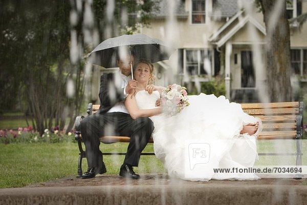 sitzend Braut Bräutigam Regen Sitzbank Bank