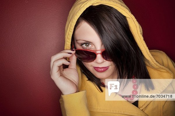 Frau  jung  Sonnenbrille  Kapuzenjacke