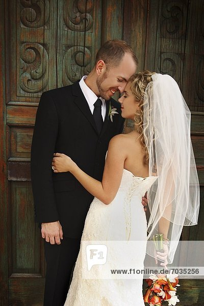 umarmen  Hochzeit  Kirche  frontal