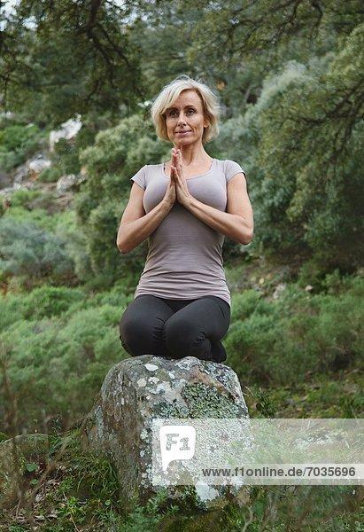 Frau Wald reifer Erwachsene reife Erwachsene Yoga 02 Position