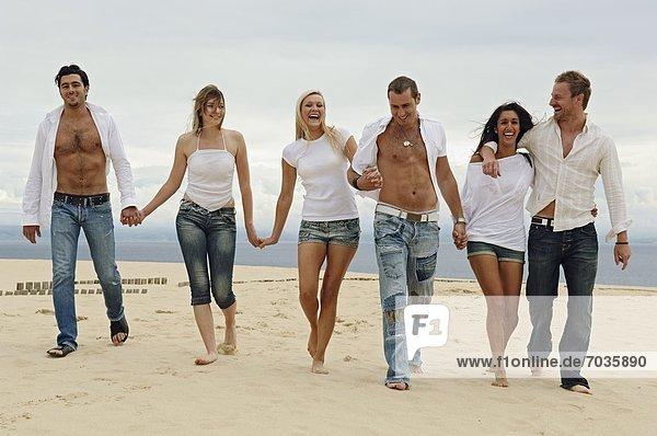 Strand halten jung