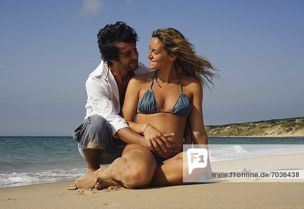 Mann Ehefrau Strand Schwangerschaft umarmen