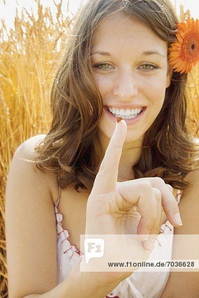 Frau  halten  Fingerspitze  Marienkäfer