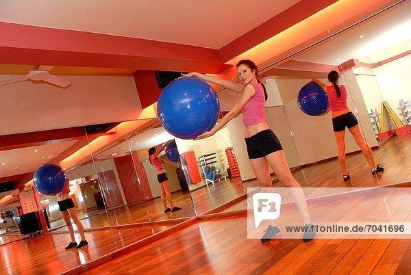gebraucht  benutzen  Fitness-Studio  Frau  balancieren  üben  antworten  Ball Spielzeug  Schutz