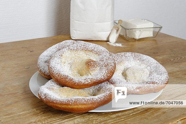 Knieküchle  Schmalznudeln  Auszogne  Ausgezogene  traditionelles Gebäck der deutschen Küche