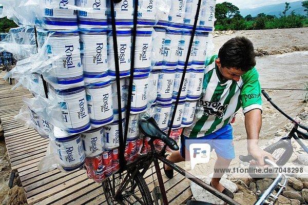 Armut  arm  arme  armes  armer  Bedürftigkeit  bedürftig  Papier  schieben  Auto  Produktion  Brücke  beladen  Fluss  Dorf  Zeit  Kunde  Gemeinschaft  Benzin  Wunsch  Fahrrad  Rad  Straftat  Seitenansicht  teuer  20  Kolumbien  2  Grenze  Gas  Mai  Toilette  Venezuela