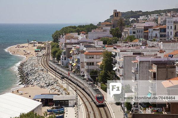 Eisenbahnlinie an der Küste von Sant Pol de Mar  Comarca Maresme  Costa del Maresme  Katalonien  Spanien  Europa  ÖffentlicherGrund
