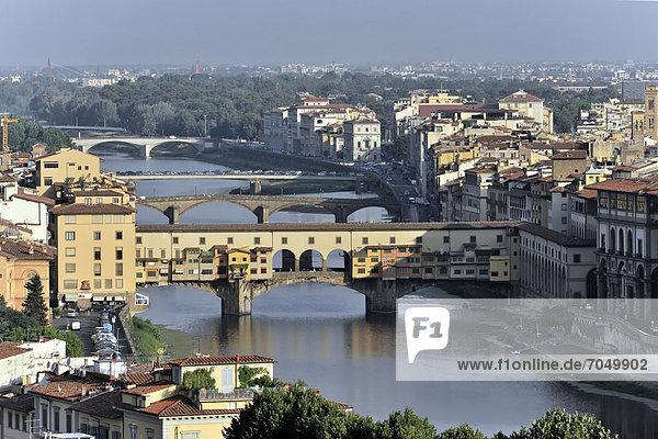 Ausblick vom Monte alle Croci auf die Ponte Vecchio und die Stadt Florenz  Toskana  Italien  Europa