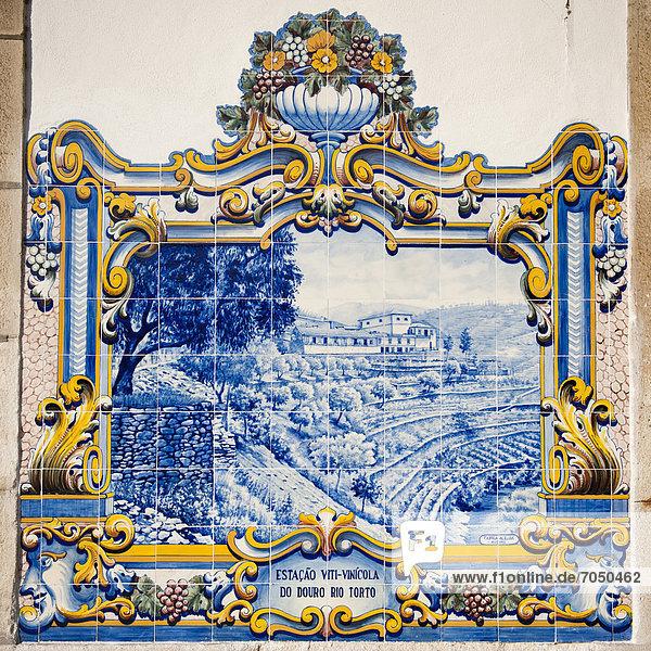 Azulejo-Kacheln an der Wand im Bahnhof von Pinhao  Tras-os-Montes  Portugal  Europa Azulejo-Kacheln an der Wand im Bahnhof von Pinhao, Tras-os-Montes, Portugal, Europa