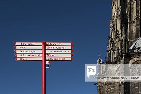 Wegweiser am Kölner Dom  Köln  Nordrhein-Westfalen  Deutschland  Europa