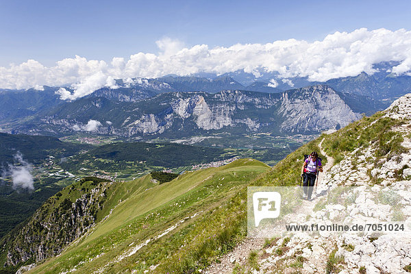Bergsteiger beim Aufstieg auf den Cornet  hinten das Sarcatal  Trentino  Italien  Europa