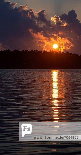 Sonnenuntergang  See  Kanu  Algonquin Provincial Park  Kanada  Ontario