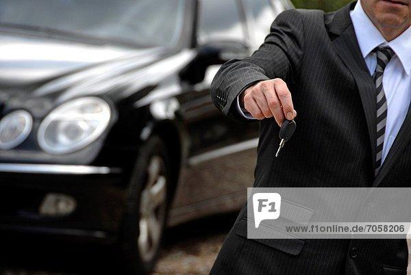 zeigen  Mann  Auto  Schlüssel