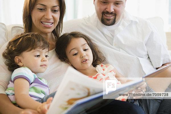 Familie lesen Buch zusammen