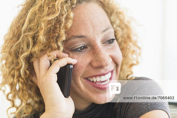 Handy  Portrait  Frau  sprechen  lächeln  Kurznachricht