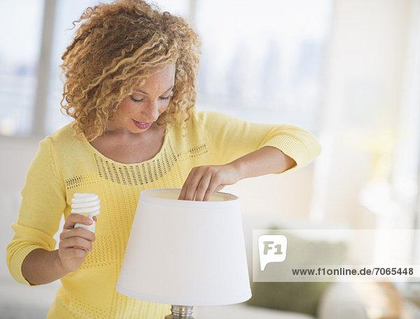 Frau  wechseln  Lampe  jung  Blumenzwiebel