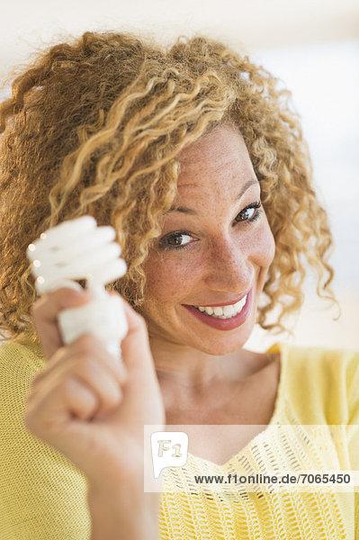 Portrait  Frau  lächeln  Beleuchtung  Licht  halten  jung  Blumenzwiebel