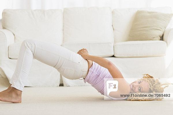 anprobieren  Frau  Boden  Fußboden  Fußböden  Jeans  jung  eng