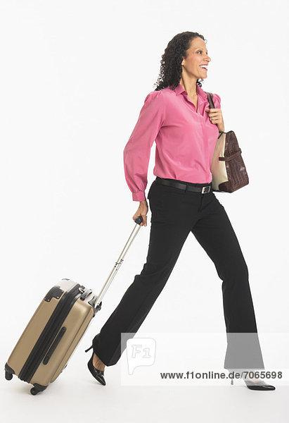 Frau  gehen  Koffer  schießen  Studioaufnahme