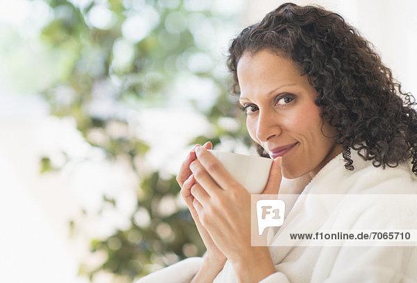Frau entspannend mit Kaffee