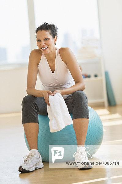 sitzend  Portrait  Frau  üben  Ball Spielzeug