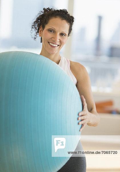 Portrait  Frau  üben  Ball Spielzeug