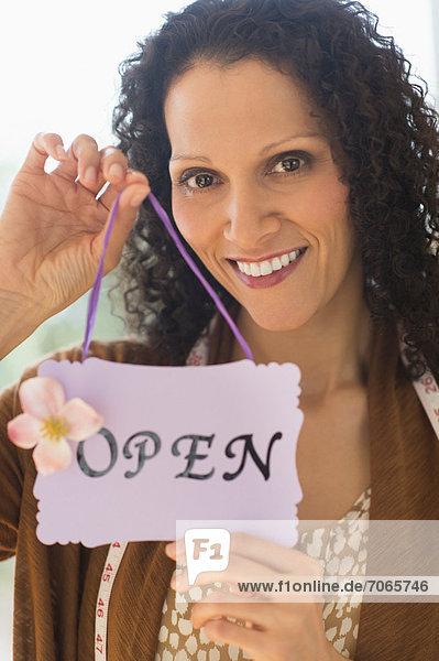 Portrait  Frau  offen  halten  Zeichen  Signal