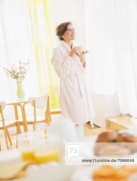Frau  Nachthemd  weiß  trinken  Robe  Tee