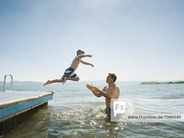Junge - Person  Menschlicher Vater  fangen  See  springen  5-6 Jahre  5 bis 6 Jahre