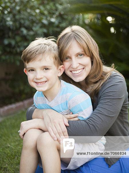 Portrait  Sohn  halten  5-9 Jahre  5 bis 9 Jahre  Mutter - Mensch