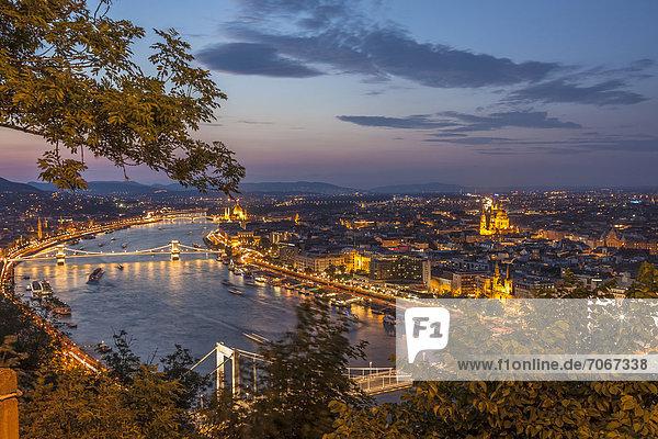 Aussicht von der Zitadelle auf die Donau mit dem Parlament  Stadtteil Pest  vorne die Elisabethbrücke  Mitte die Kettenbrücke  hinten die Margarethenbrücke  Budapest  Ungarn  Europa