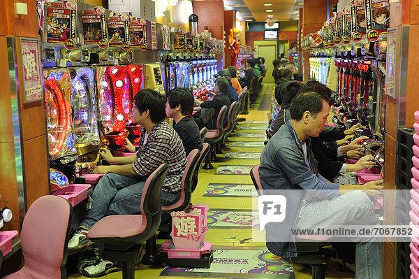 Pachinko  Glücksspiel  turnhallengroße Spielhallen mit Spielautomaten  populärstes Glücksspiel in Japan  Kyoto  Ostasien  Asien