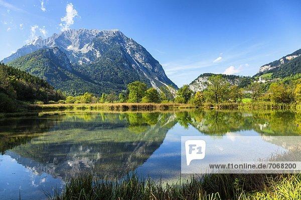 Grimming spiegelt sich in einem See  Steiermark  Österreich Grimming spiegelt sich in einem See, Steiermark, Österreich
