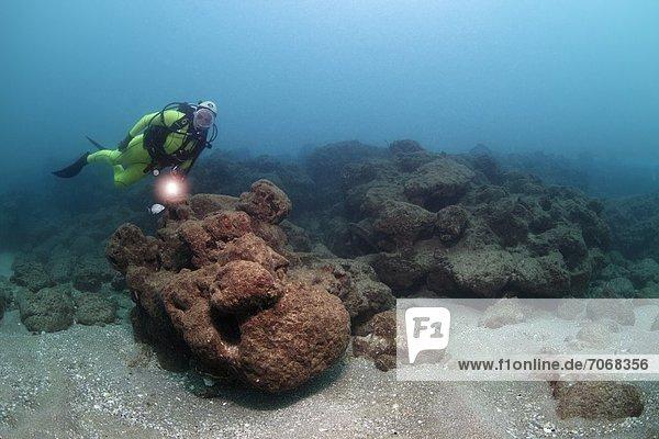 Taucher mit Felsblöcken  Caesarea Maritima  Mittelmeer  Israel  Unterwasseraufnahme