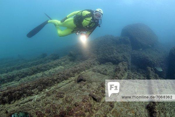 Taucher mit Schiffswrack  Caesarea Maritima  Mittelmeer  Israel  Unterwasseraufnahme