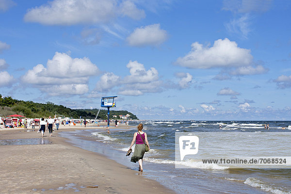 Frau am Strand  Bansin  Insel Usedom  Mecklenburg-Vorpommern  Deutschland  Europa