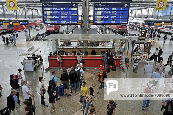 Informationsschalter mit Zuginformationen  Bahnhofshalle  Hauptbahnhof in München  Oberbayern  Bayern  Deutschland  Europa