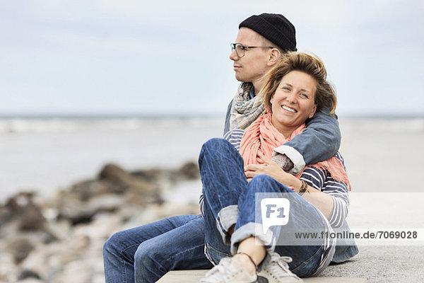 Porträt einer glücklichen mittleren erwachsenen Frau  die mit dem Mann genießt.