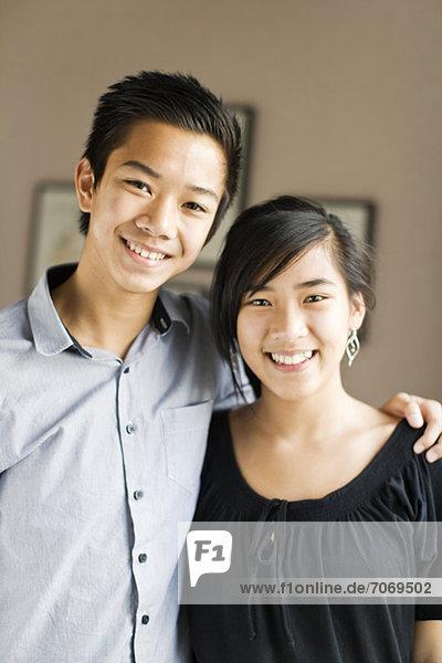 Porträt eines glücklichen Teenagerpaares lächelnd