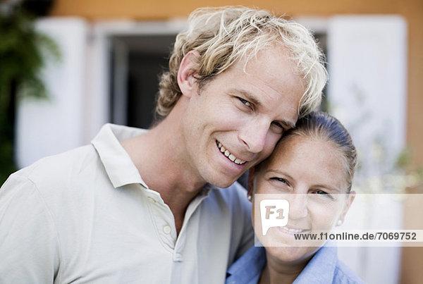 Porträt eines glücklichen mittleren Erwachsenenpaares