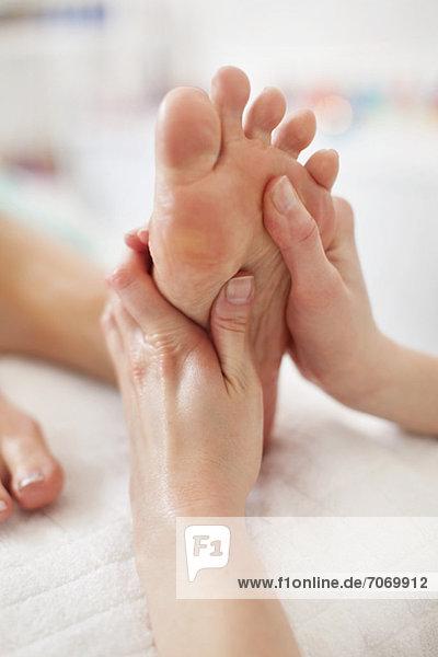Menschliche Handmassage Fußsohle im Heilbad