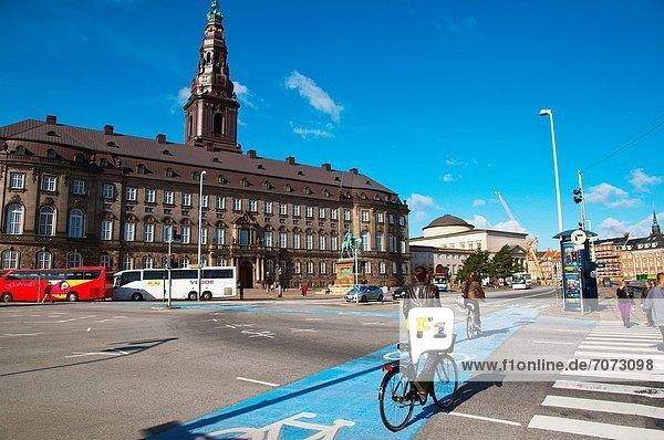 Europa Gebäude Straße Dänemark frontal Parlamentsgebäude Insel Kopenhagen Hauptstadt Mittelpunkt Fahrrad Rad